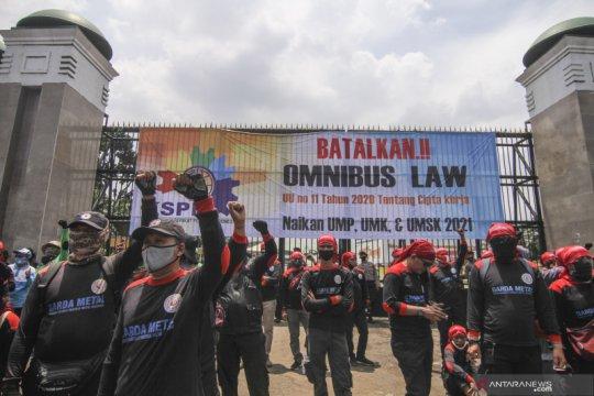 Bercermin dari DPR saat Rapat Paripurna Pengesahan UU Cipta Kerja