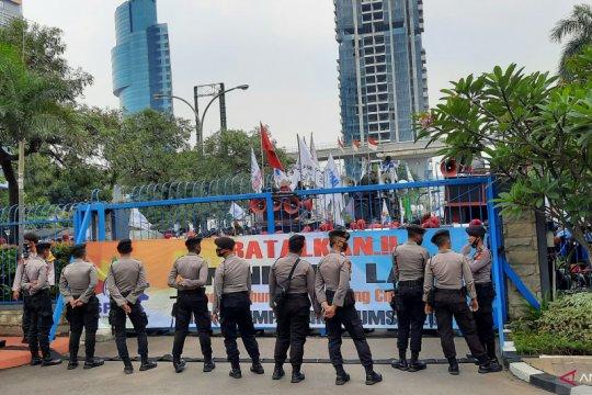 Petugas gabungan kawal aksi buruh di Kemenakertrans