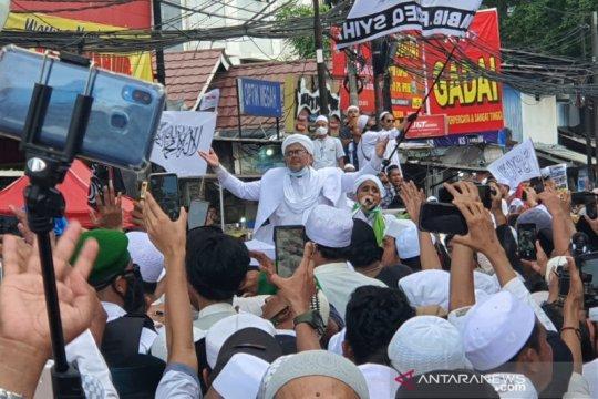 Rizieq Shihab  disambut meriah para pengikut di kediamannya