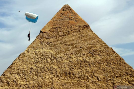 Terjun payung di atas Piramida Agung,  Kairo
