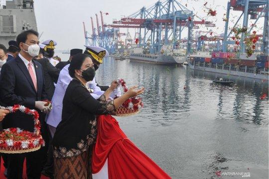 Upacara tabur bunga di laut memperingati Hari Pahlawan