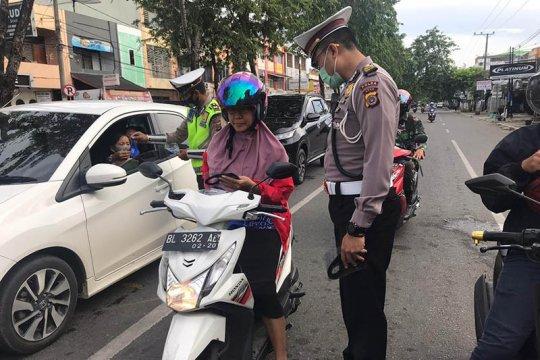 Polisi lalu lintas peringati hari pahlawan bagikan 1.800 masker