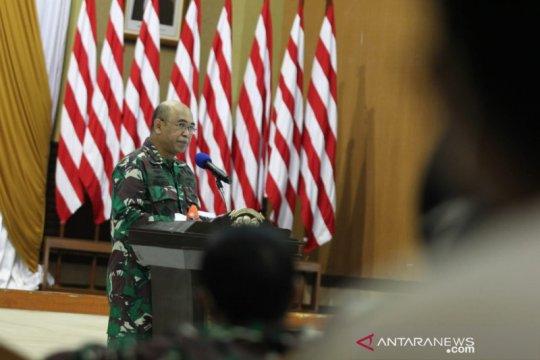 Komandan STTAL bagikan ratusan APD ke warga Morokrembangan