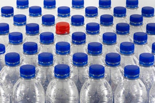 Arzeti Bilbina ingatkan bahaya paparan zat kimia pada botol plastik