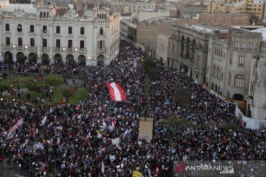 Ribuan warga Peru turun ke jalan protes pemakzulan Presiden Martin Vizcarra