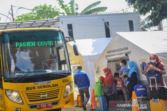 Pasien COVID-19 dibawa ke RS Darurat Wisma Atlet Kemayoran
