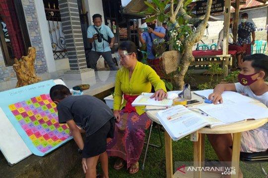 Guru Desa Pedawa Buleleng berkeliling mengajar siswa