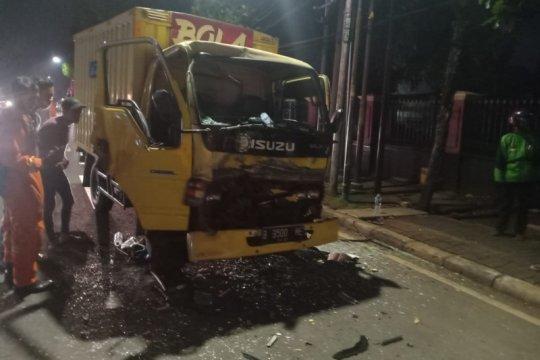 Damkar bantu evakuasi sopir truk di Jakarta Selatan