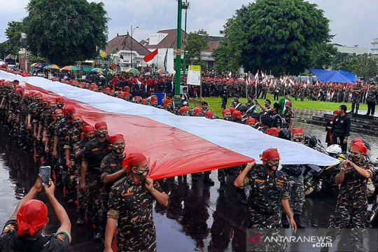 Banser Banyumas bentangkan Bendera Merah Putih sepanjang 1.000 meter