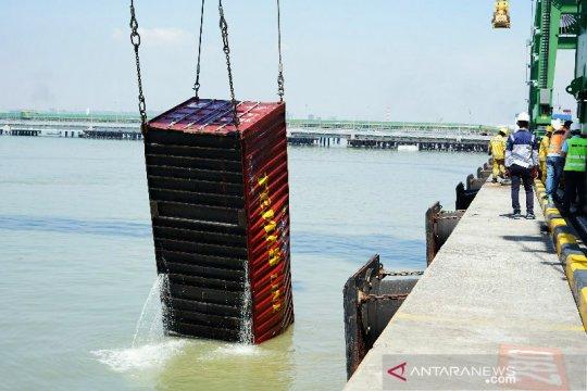 Kapal bermuatan 137 petikemas tenggelam di Terminal Teluk Lamong