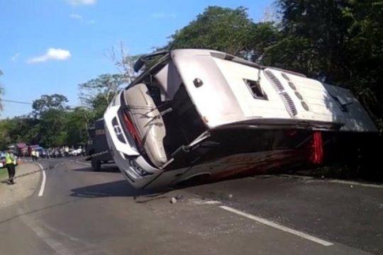 Dua orang tewas akibat kecelakaan bus dan motor di Madiun
