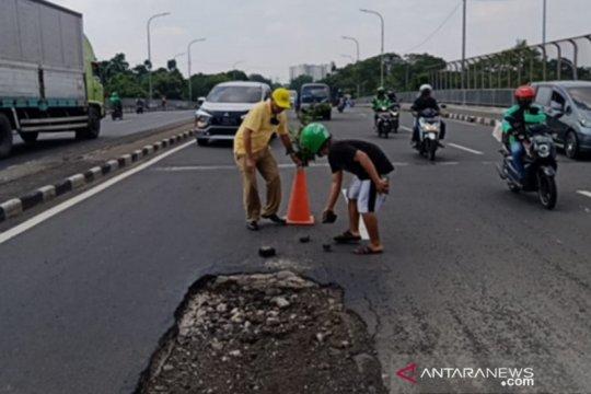 Jaktim intensif tambal lubang jalan cegah kecelakaan di musim hujan