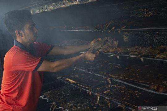 Pembuatan ikan tongkol asap khas Natuna