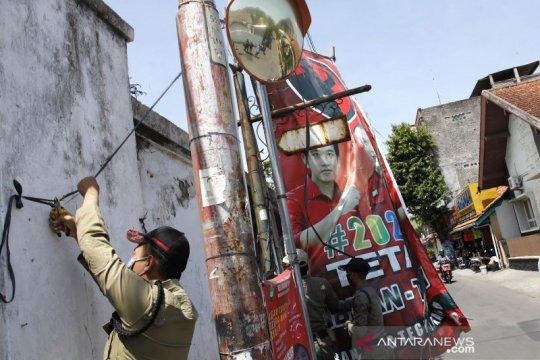Penertiban alat peraga kampanye Pilkada Solo