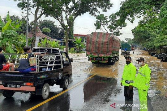 Jalur selatan Jawa Tengah macet akibat banjir di ruas Buntu-Sumpiuh