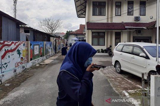 Sejumlah pegawai KPU Sumbar berlarian ke luar gedung akibat gempa