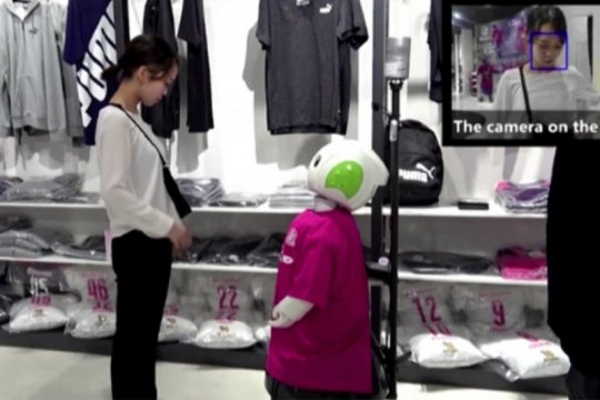 Robot ini ingatkan pengunjung toko pakai masker dan jaga jarak sosial