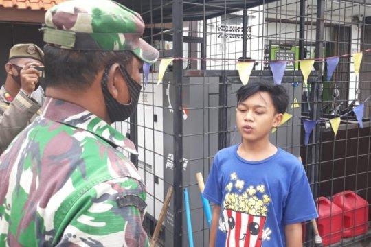 Tak pakai masker, petugas hukum dua remaja melafalkan Pancasila