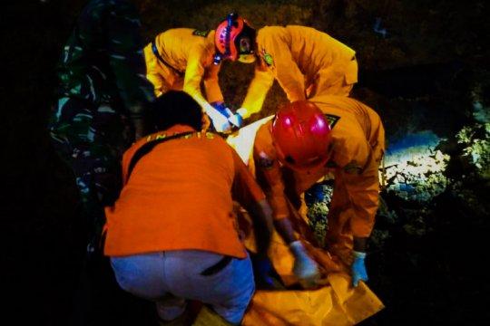 Dievakuasi, penambang batu tertimbun longsor di Tulungagung