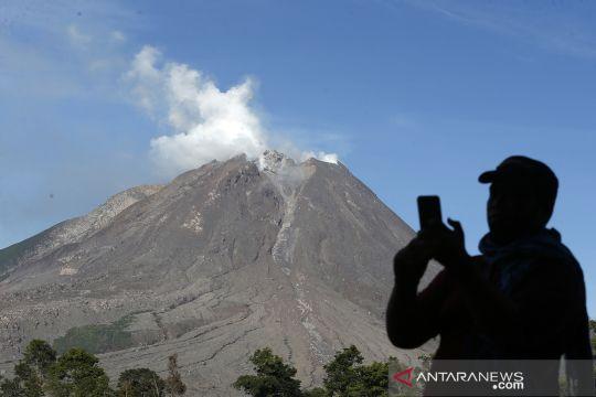 Gunung Sinabung erupsi Senin malam, tinggi kolom abu tidak teramati