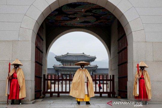 Cegah COVID-19, penjaga istana Gyeongbok pakai masker