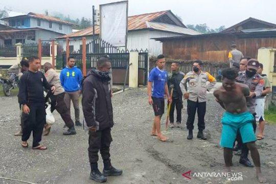 Polres Tolikara amankan dua warga serang polisi dengan parang