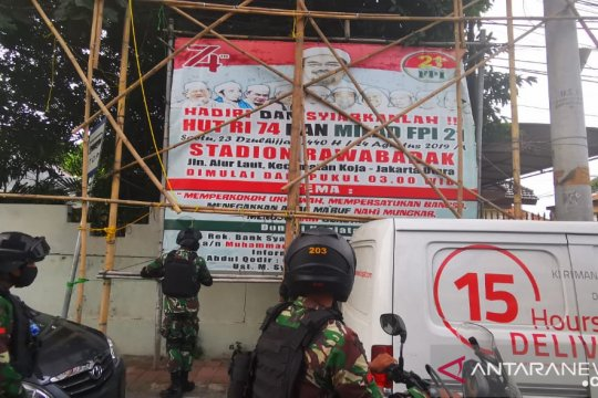 Polres Jakbar kerahkan 300 personel kawal pencopotan spanduk Rizieq