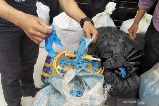 Polisi Bandung ungkap 2,5 ton sarung tangan medis bekas akan diedarkan