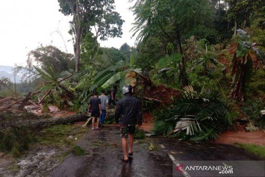 Puluhan jiwa diungsikan antisipasi longsor susulan Cianjur Selatan