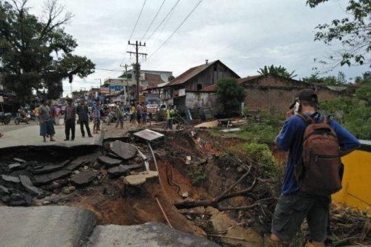 Hujan deras akibatkan longsor di 4 ruas jalan di Simalungun Sumut