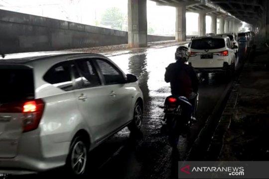Kendaraan di Jalan DI Panjaitan tersendat akibat ada genangan