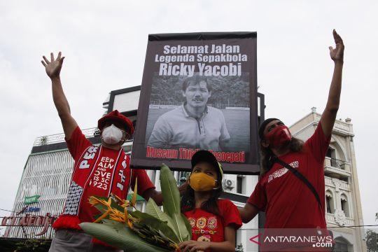 Aksi simpatik mengenang legenda sepakbola nasional Ricky Yacobi