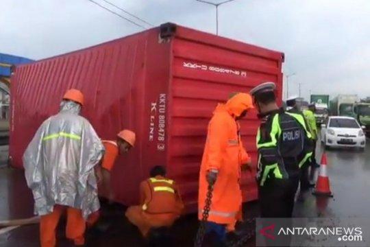 Kemacetan di KM50 JORR Cakung akibat jalan tertutup peti kemas