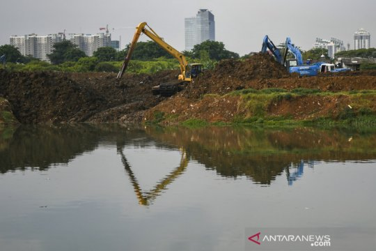 Antisipasi banjir, endapan lumpur Waduk Ria Rio dikeruk