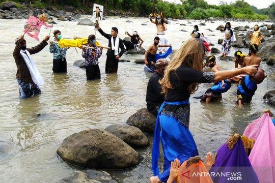 """Komunitas Lima Gunung selenggarakan """"Larung Sengkala"""" di Sungai Progo"""