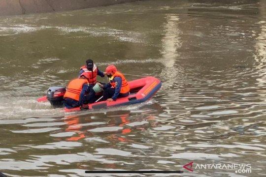 Damkar Jakarta Pusat cari bocah hilang di Kali Banjir Kanal Barat