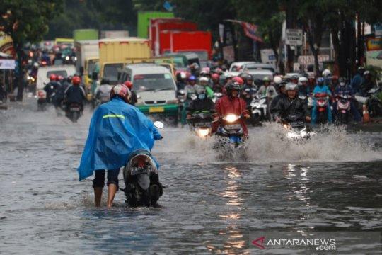 Dilanda hujan deras, enam titik jalan raya Kota Bandung banjir