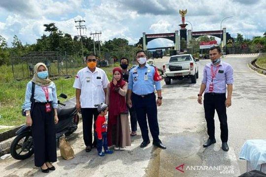 KJRI Kuching bantu pulangkan seorang ibu muda beserta putranya