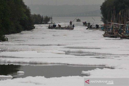 Busa putih diduga limbah cemari sungai yang mengarah ke Selat Madura