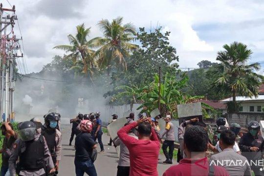 Dua polisi terluka saat bubarkan demo di Sorong yang berakhir ricuh
