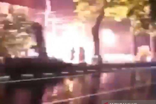 Instalasi listrik di Jalan Balai Pustaka terbakar saat hujan deras
