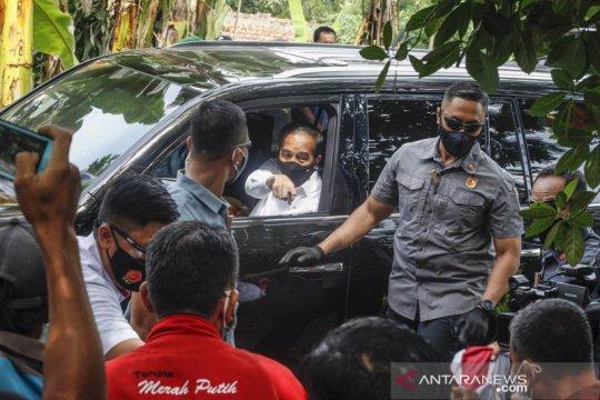 Presiden Jokowi bagikan masker untuk warga Rumpin Bogor