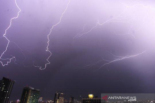 Waspadai hujan petir dan angin kencang  Jumat pagi di Jakarta