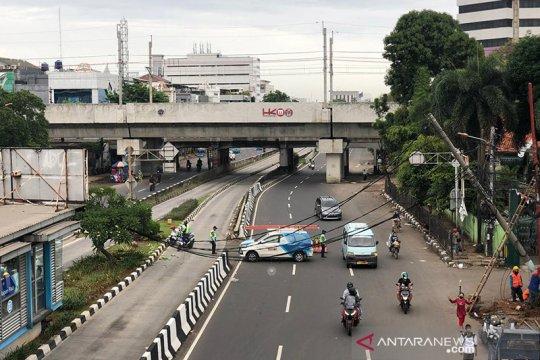 Arus lalin di Jalan Matraman Raya terhalang kabel listrik