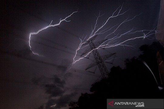 Cuaca Jakarta Minggu waspadai hujan disertai petir