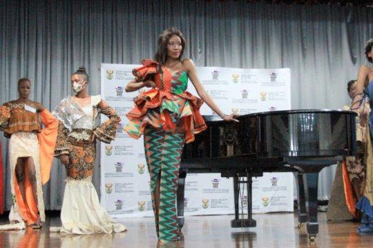 """Perpaduan batik dan kain""""seshweshwe"""" jadi primadona di Afrika Selatan"""