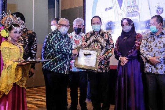 """Penghargaan  """"Sahabat Pers""""  dianugerahkan pada Rektor UMSU"""