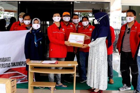 Mahasiswa Magister Hukum Untan bagikan ribuan masker dan APD