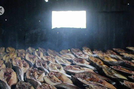 Pedagang ikan salai  bertahan di tengah merosotnya penjualan