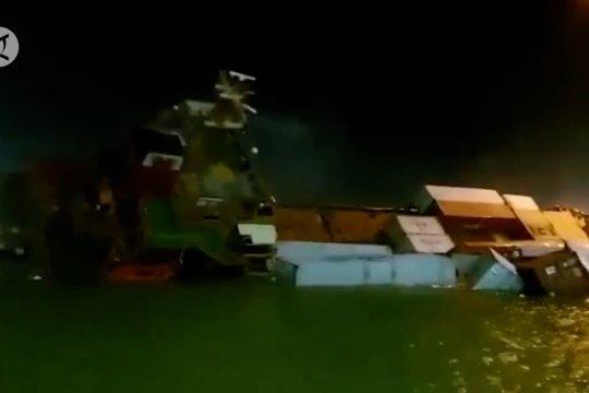 Kapal bermuatan ratusan kontainer tenggelam di Teluk Lamong